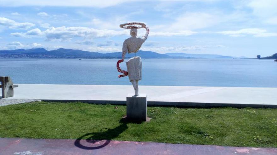 Una mujer mirando al mar de Rodeira.