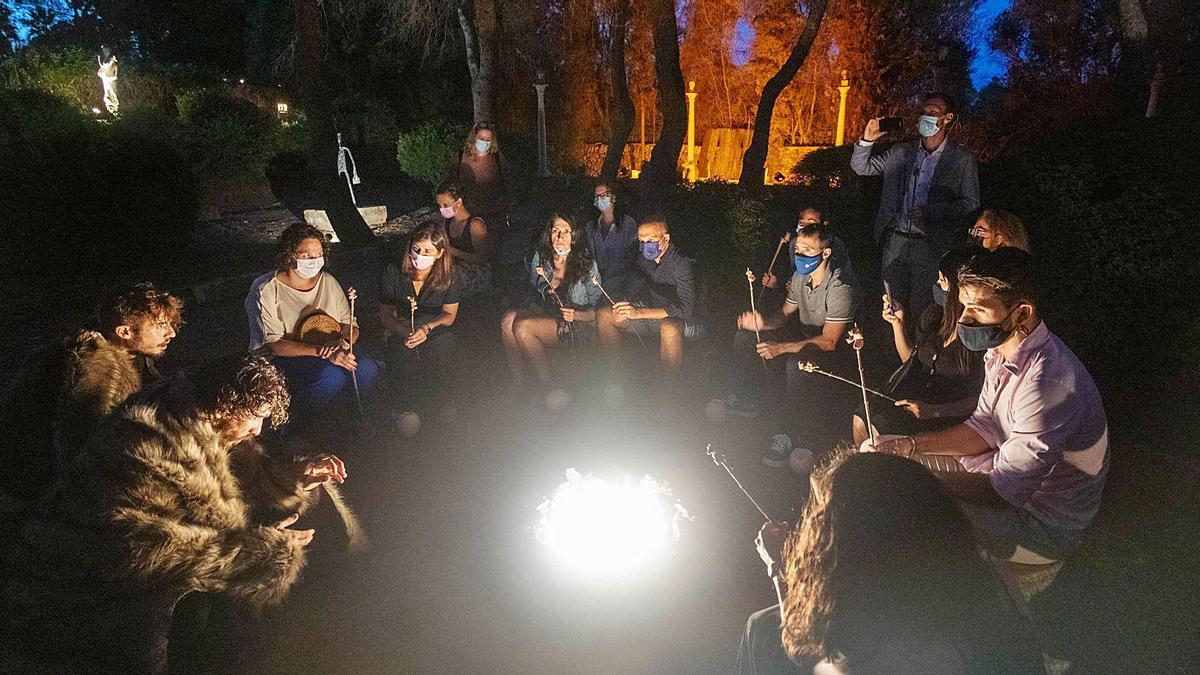 Essen wie die Neandertaler rund ums (künstliche) Feuer auf Baumstümpfen sitzend.