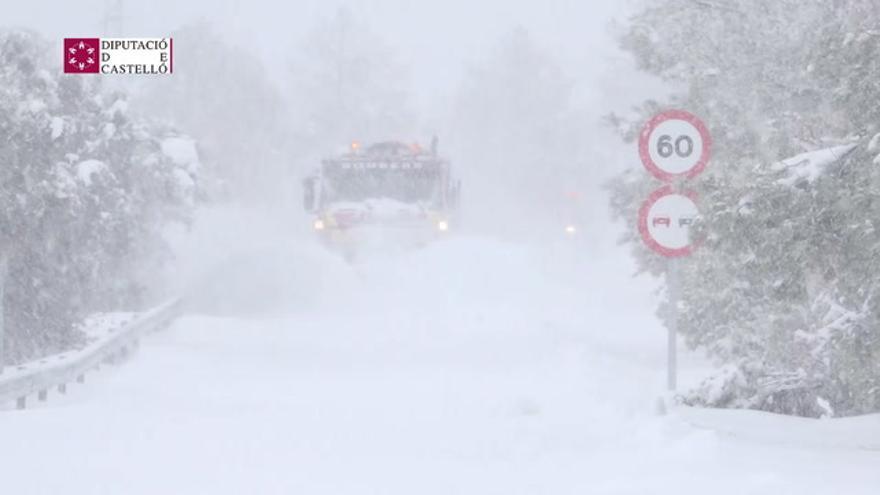 Los bomberos de Castellón limpian las carreteras de las nevadas