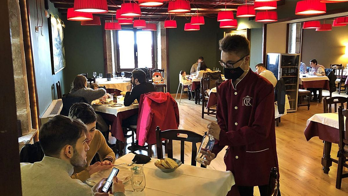 Un camarero atiende a dos clientes en el interior de un restaurante de Morella, antes del fin del cierre perimetral.