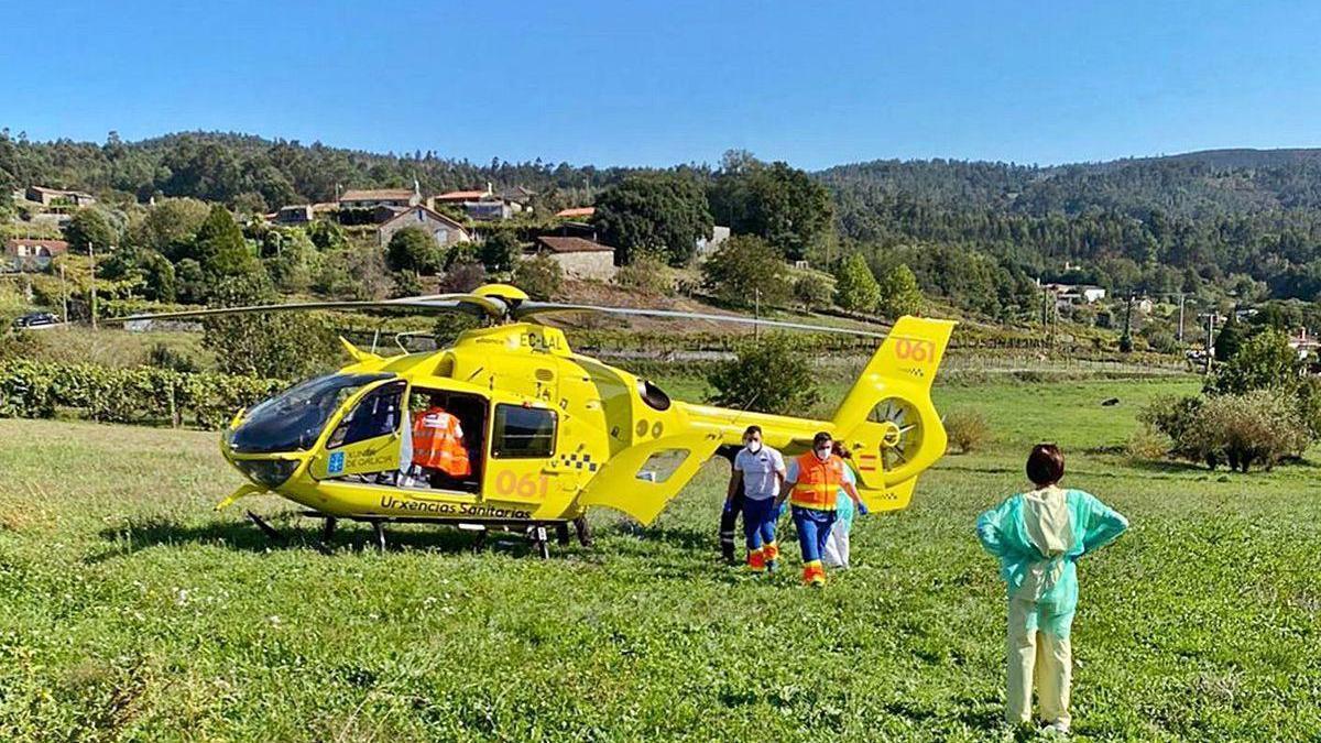 Foto del helicóptero que trasladó al albañil herido desde Remesar al CHUAC.