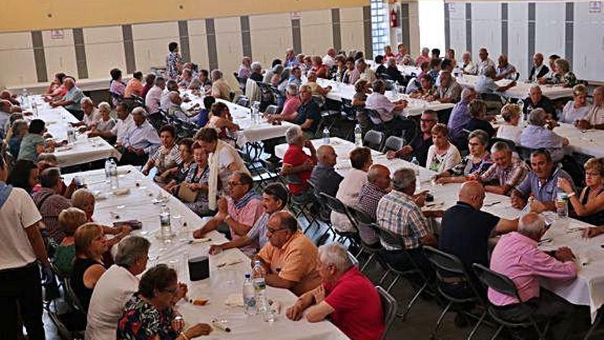 Los mayores durante la comida en el salón La Arena.