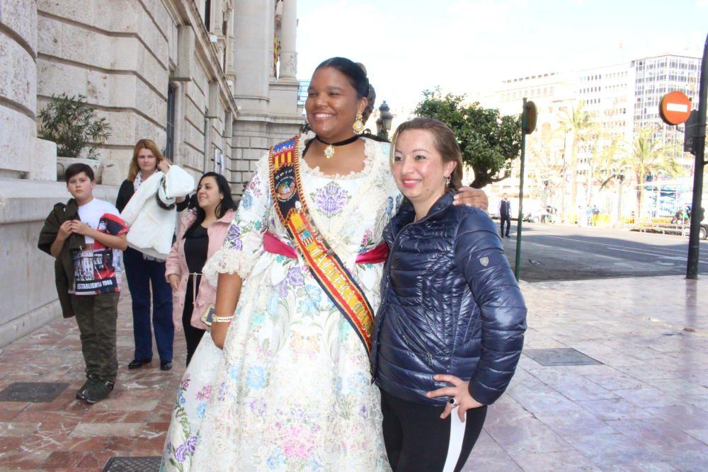 Una foto con Helenka Osarenren, la fallera mayor de la comisión de Olmos Nieva, de San Antonio de Benagéber.