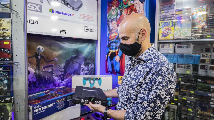 Ropa gótica, videojuegos antiguos de 400 euros o vinilos originales: todo cabe en El Caracol
