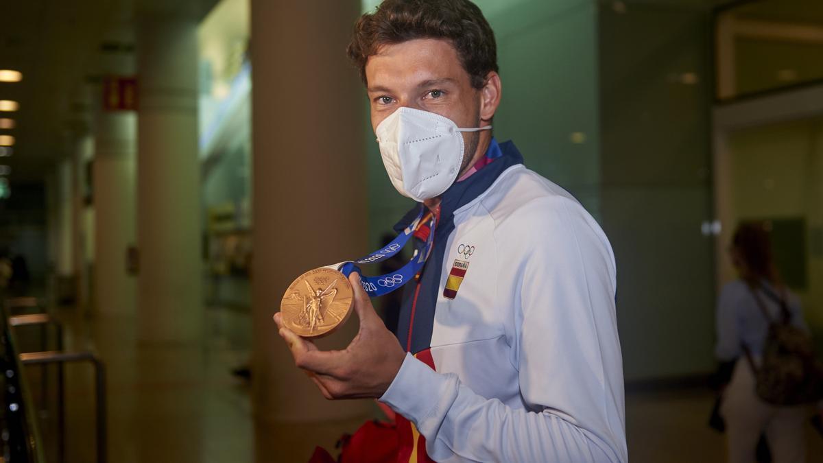 Carreño enseña su medalla de bronce.
