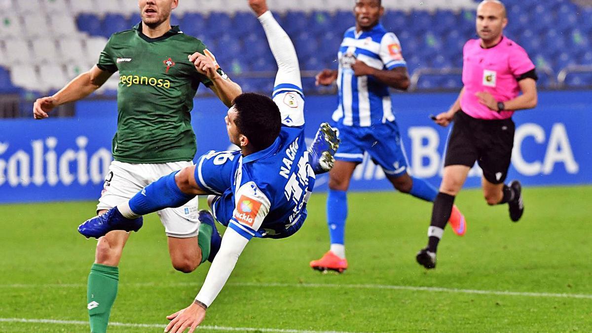 Nacho intenta el remate ante Seoane, defensa del Racing de Ferrol, en el partido de Riazor.    // V. ECHAVE