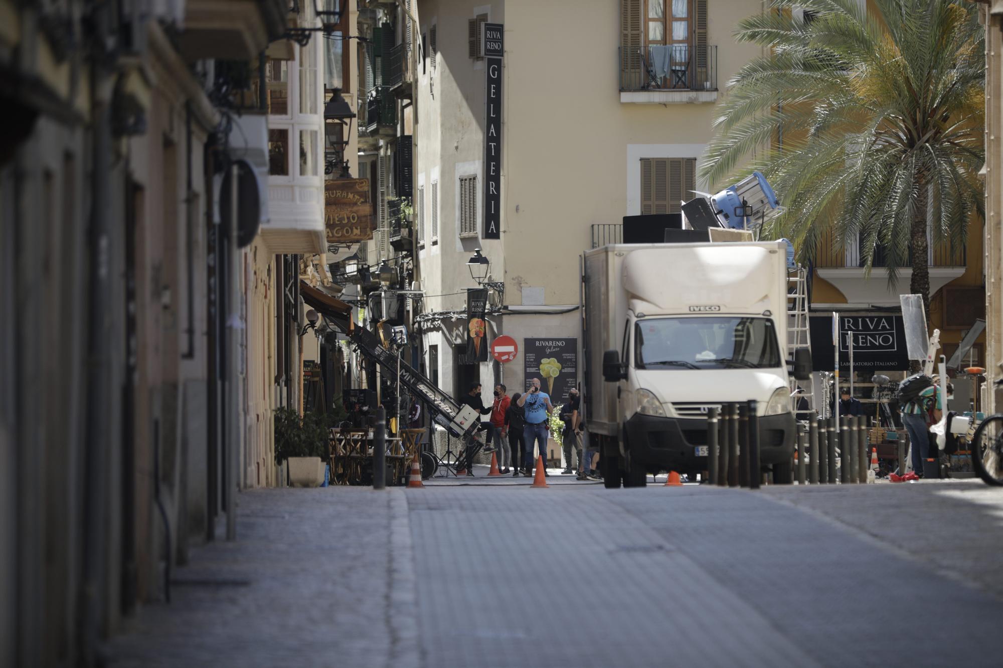 Ana de Armas, paseo con diamantes por la Lonja de Palma y Sa Torre Cega de los March