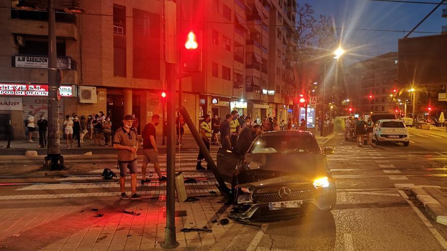 El tranvía arrolla a un coche de lujo en València