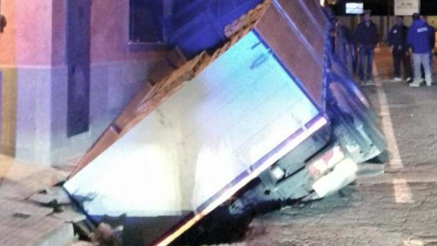 Ensurt d'un camioner que queda atrapat en un forat, a Torroella