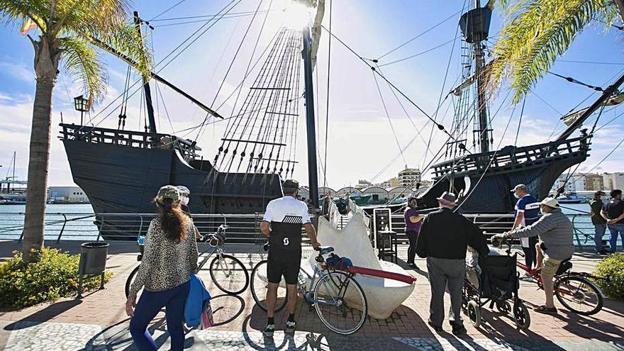 Alguns dels visitants a l'embarcació. | LEVANTE-EMV