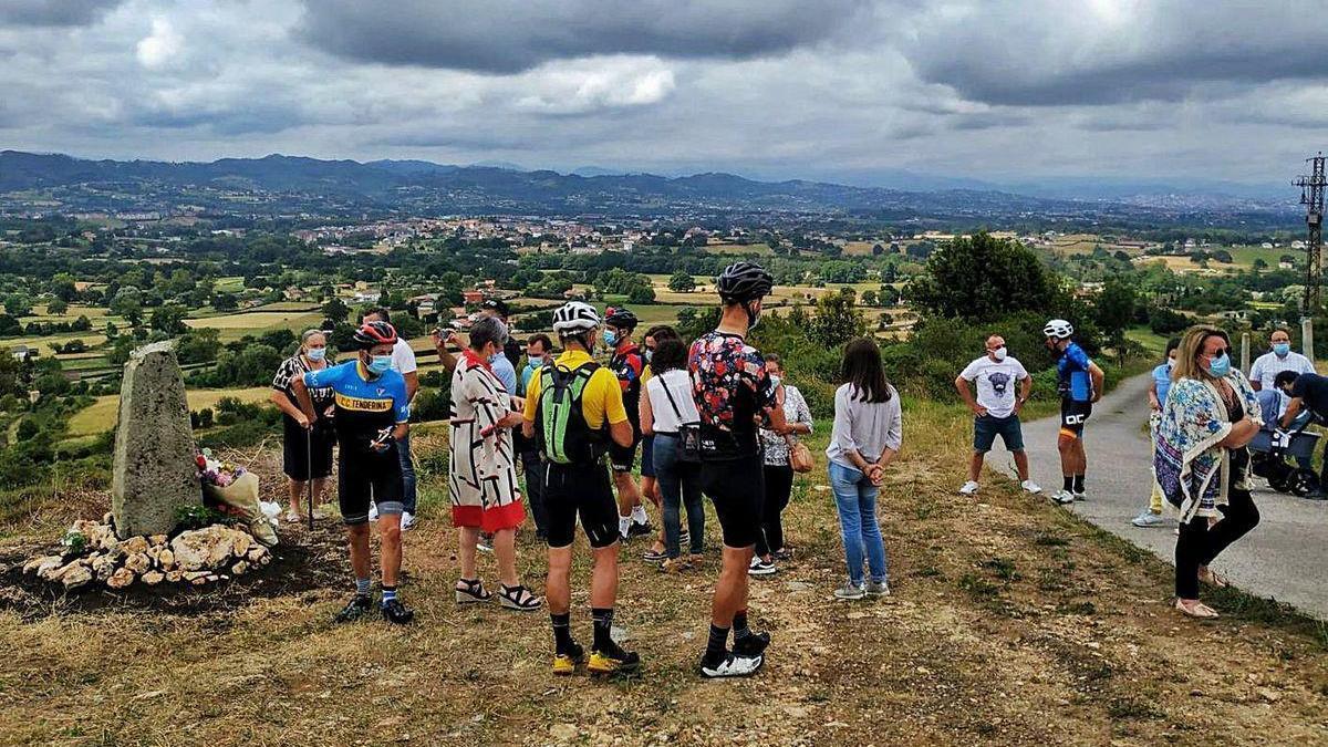 Monolito en recuerdo del ciclista Miguel Ángel García en Siero