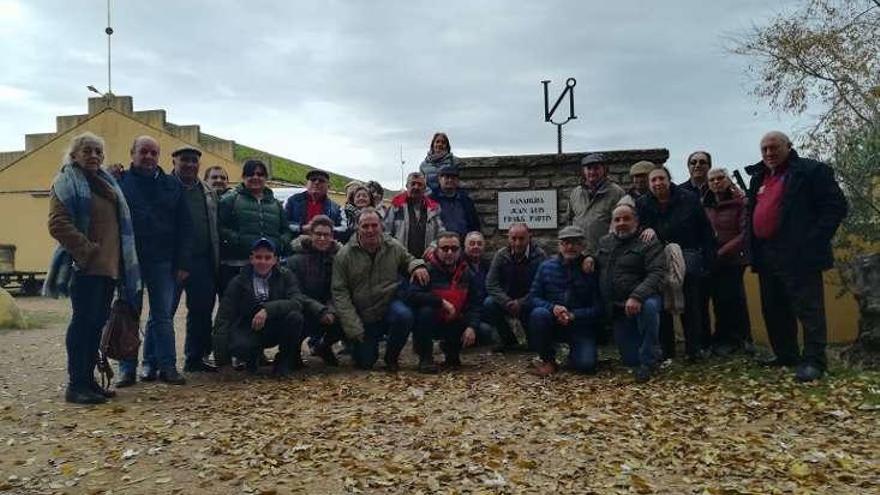 """Una veintena de socios de la peña taurina """"La Verónica"""" visitan la ganadería de Juan Luis Fraile"""