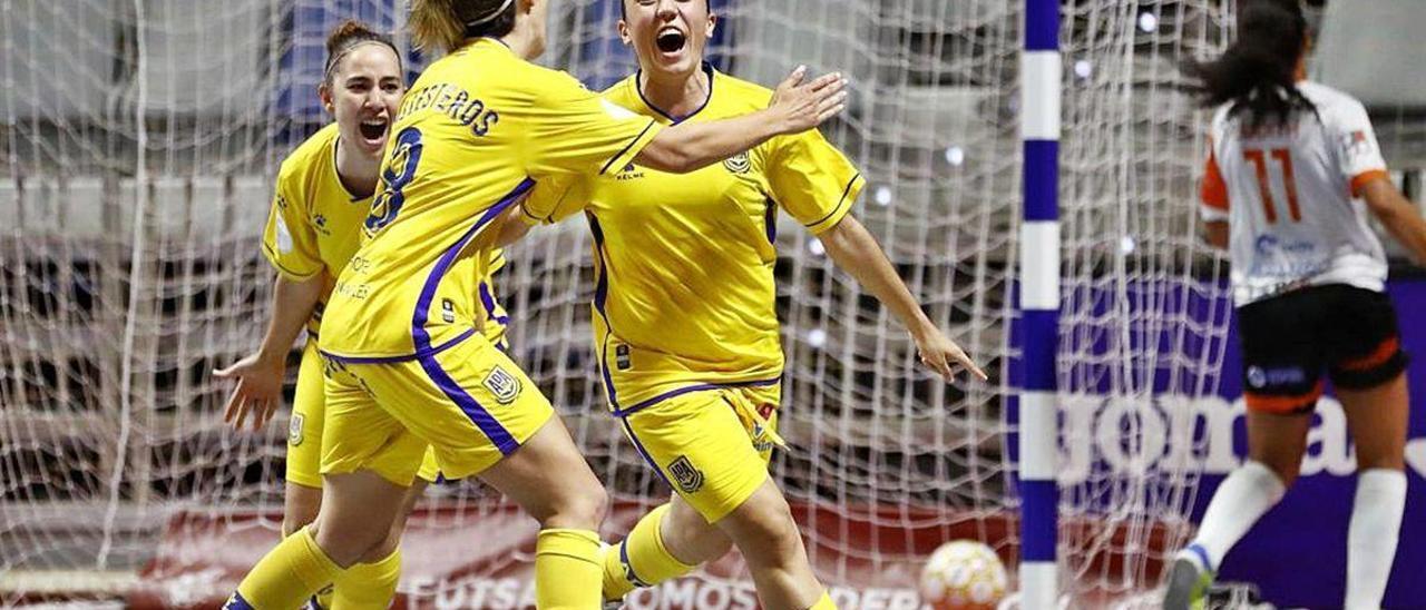 Cristina Ballesteros acude a abrazar a Vanessa Sotelo tras hacer la ourensana uno de los goles contra el Envialia, el viernes en Málaga.