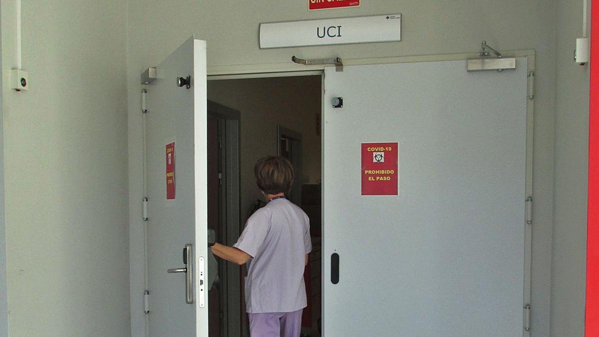 Una sanitaria accede a la sala de UCI del hospital de Gandia. | LEVANTE-EMV