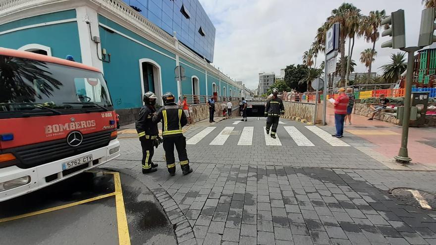 Incendio de un coche en el aparcamiento del Museo Elder