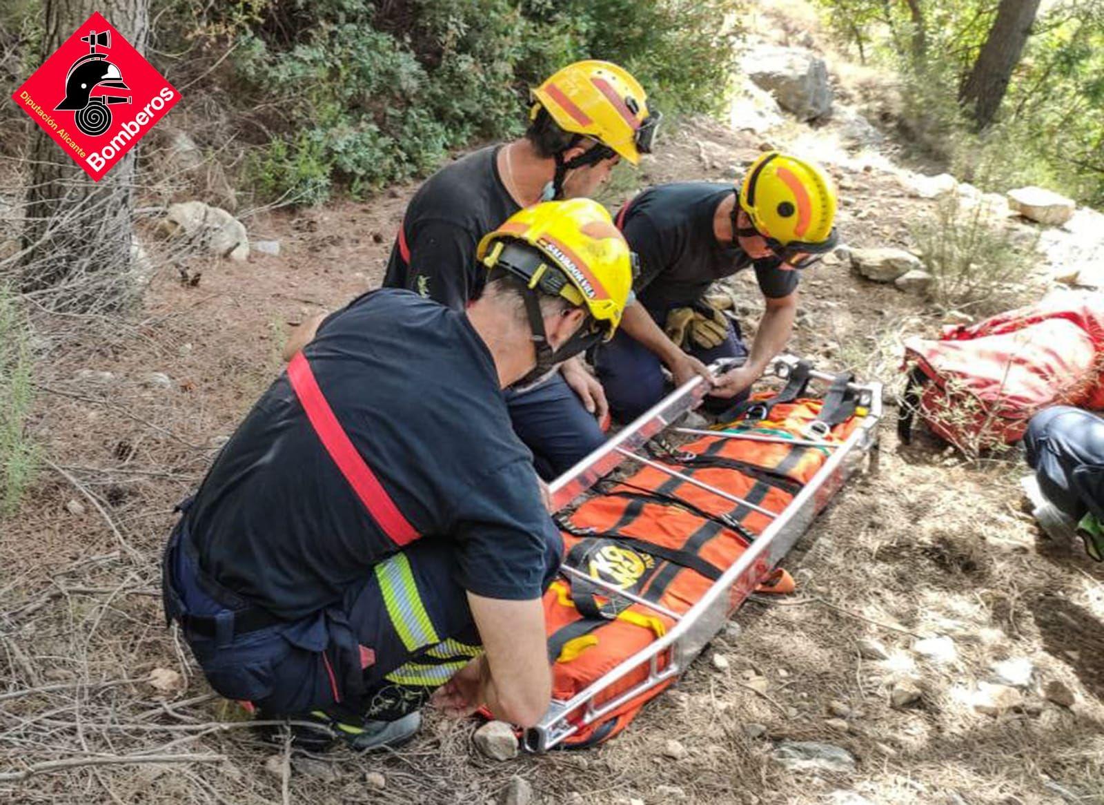 Los bomberos rescatan a una mujer en las Fuentes del Algar