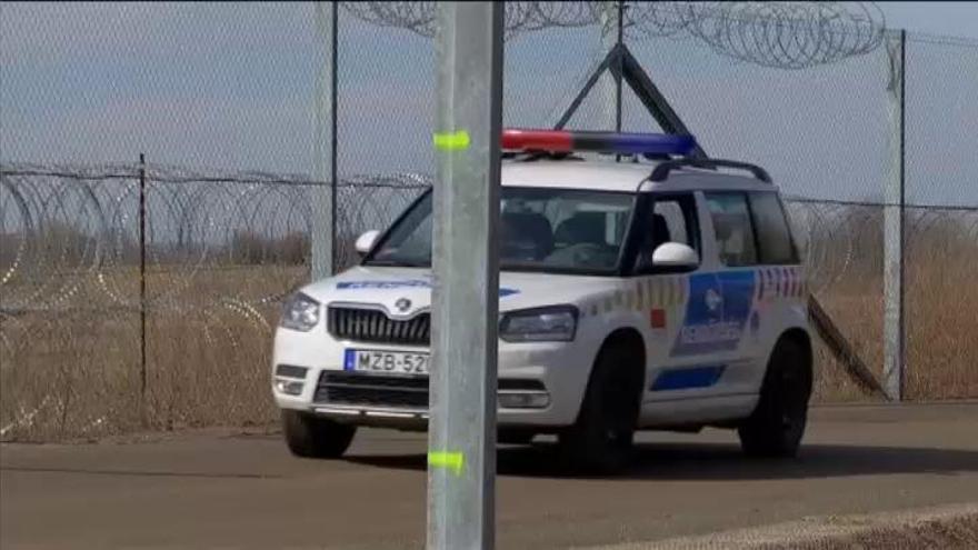 Hungría levanta una segunda valla contra refugiados