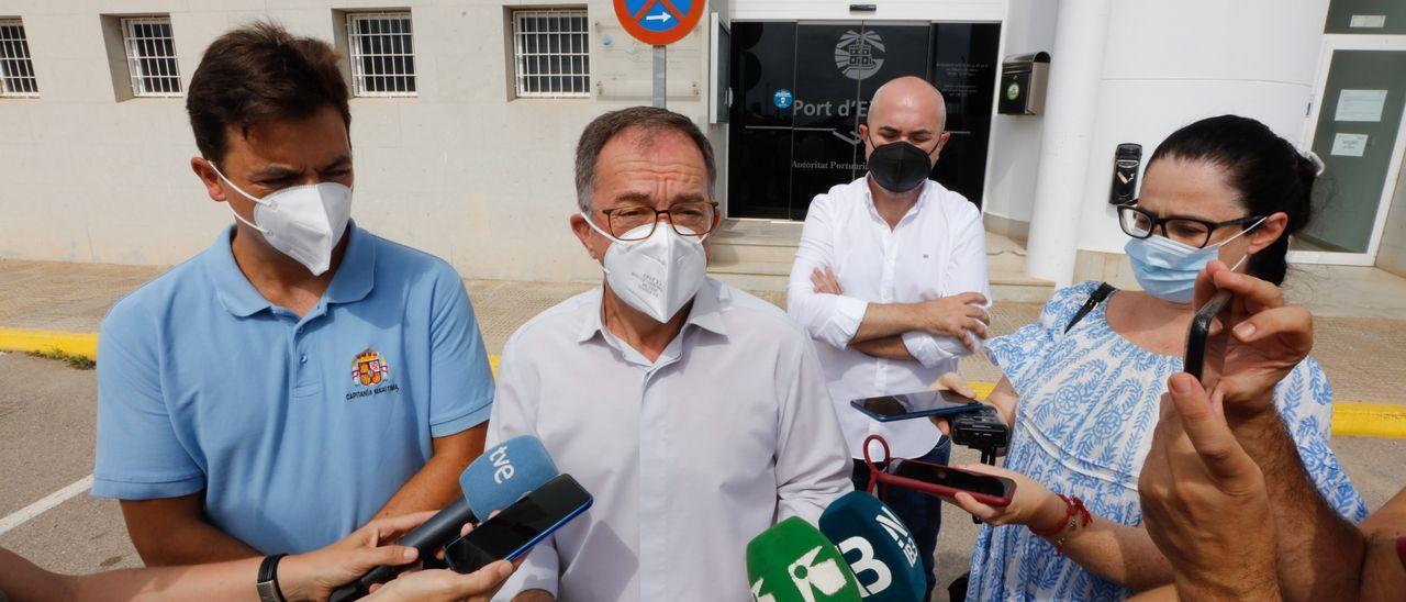 El conseller de Movilidad, Josep Marí Ribas, junto al Capitán Marítimo de Ibiza y Formentera, Luis Gascón.