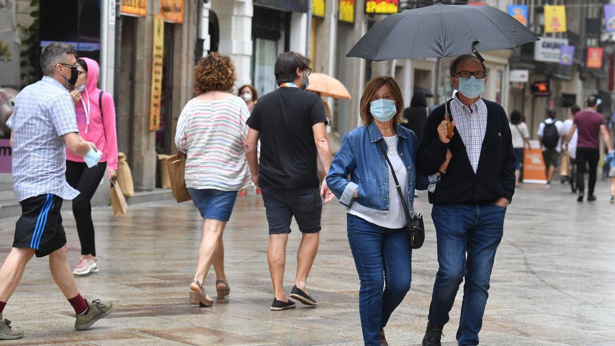 Ciudadanos con mascarilla en la calle Real de A Coruña.
