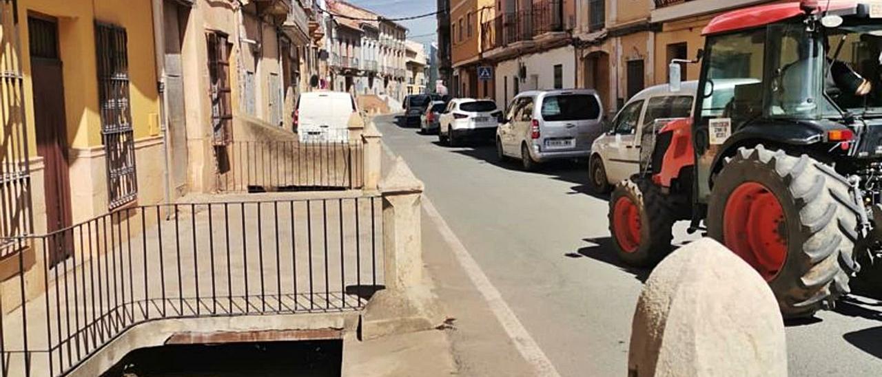 Concentración de vehículos ayer por el centro de Pedralba.   LEVANTE-EMV