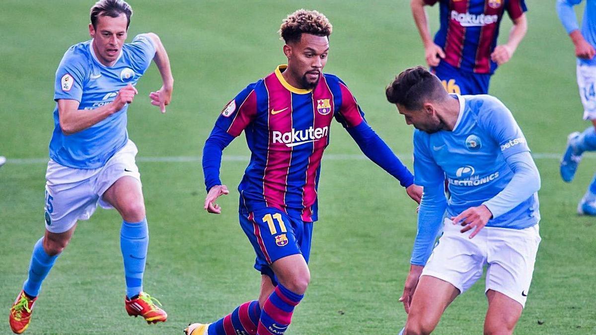 Konrad de la Fuente, del Barça B, conduce la pelota en un encuentro ante el Ibiza.   PRENSA FC BARCELONA