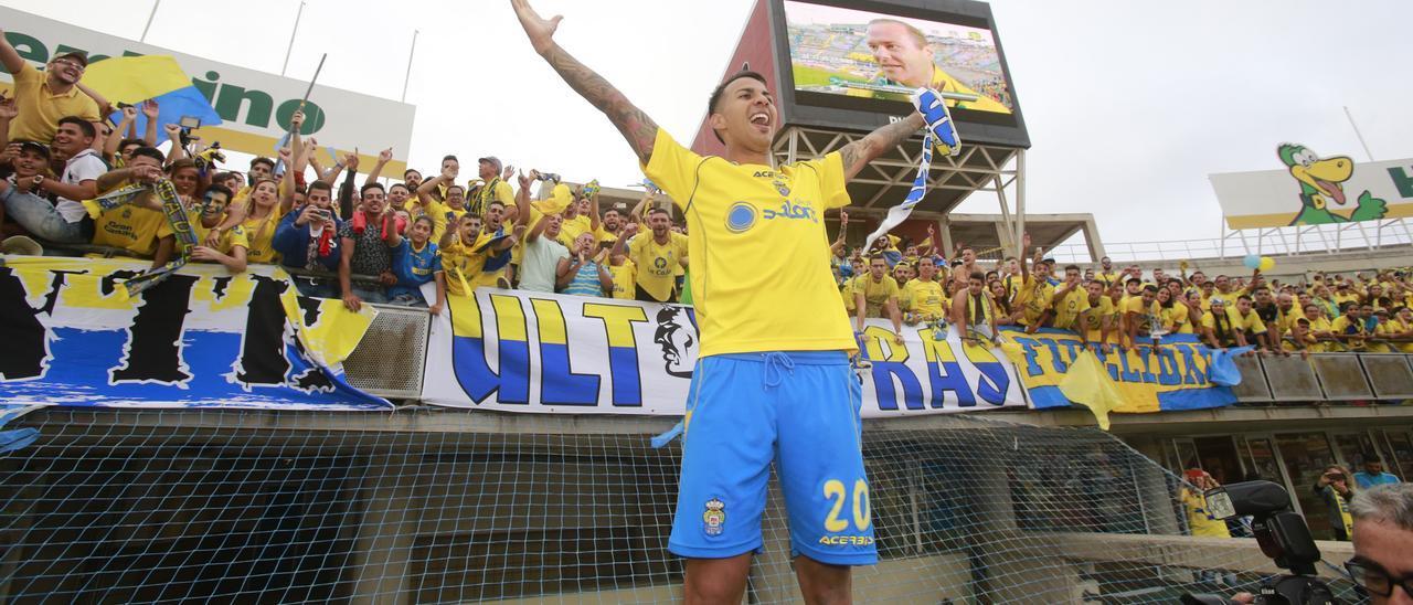 Jonathan Viera, con el sector de la Naciente detrás, festeja el ascenso ante el Real Zaragoza, el 21 de junio de 2015. Hoy se cumplen seis años.