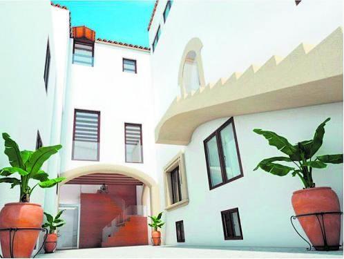 Imagen virtual de cómo quedará el patio, con una escalera volada, un arco medieval y otro del XVII.