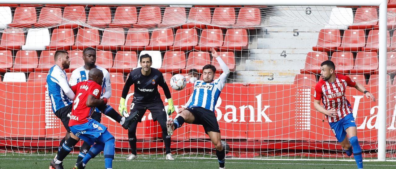 Una acción del Sporting-Espanyol