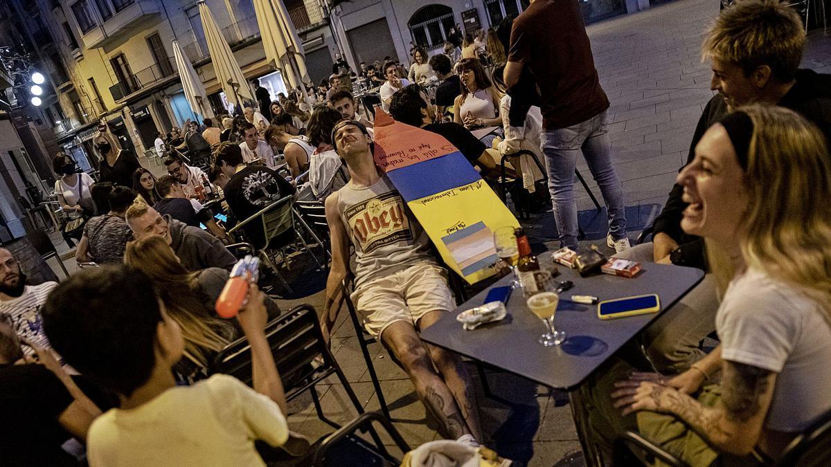 Terrasses plenes a la plaça Major, centre neuràlgic del Barri Antic de Manresa, divendres a la nit  | OSCAR BAYONA