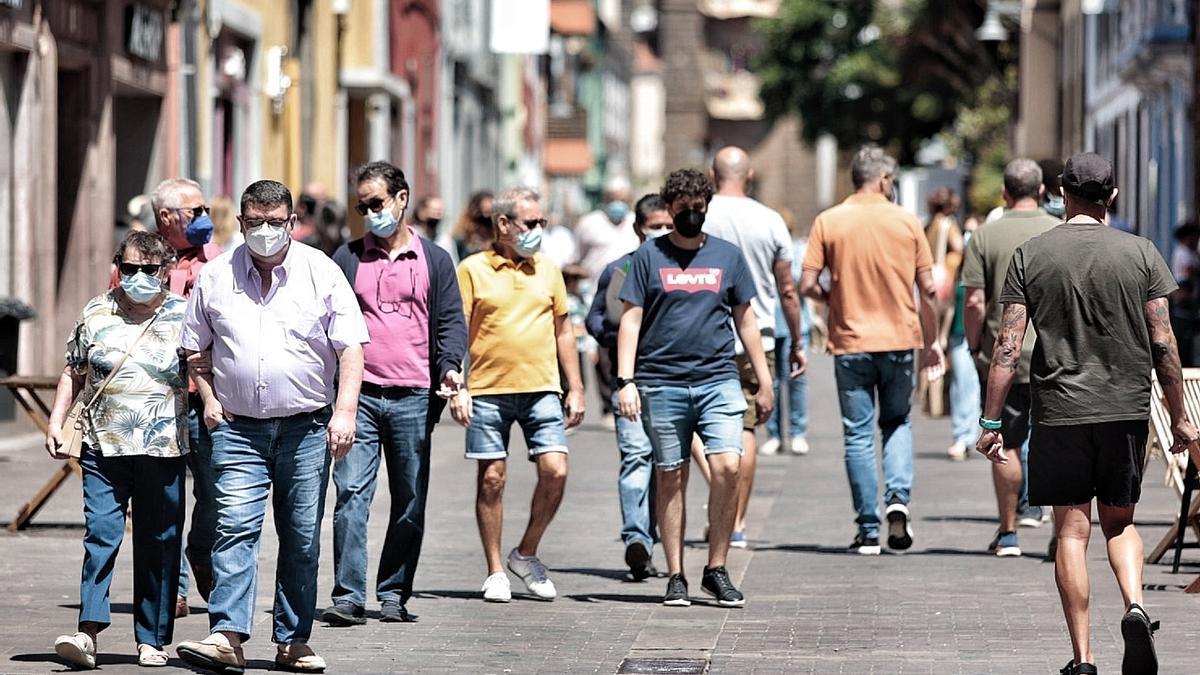 Varias personas con mascarilla pasean por La Laguna.