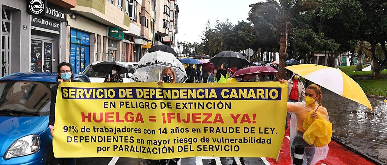 Pancarta de los interinos del servicio de Dependencia durante una reciente manifestación en la capital grancanaria.