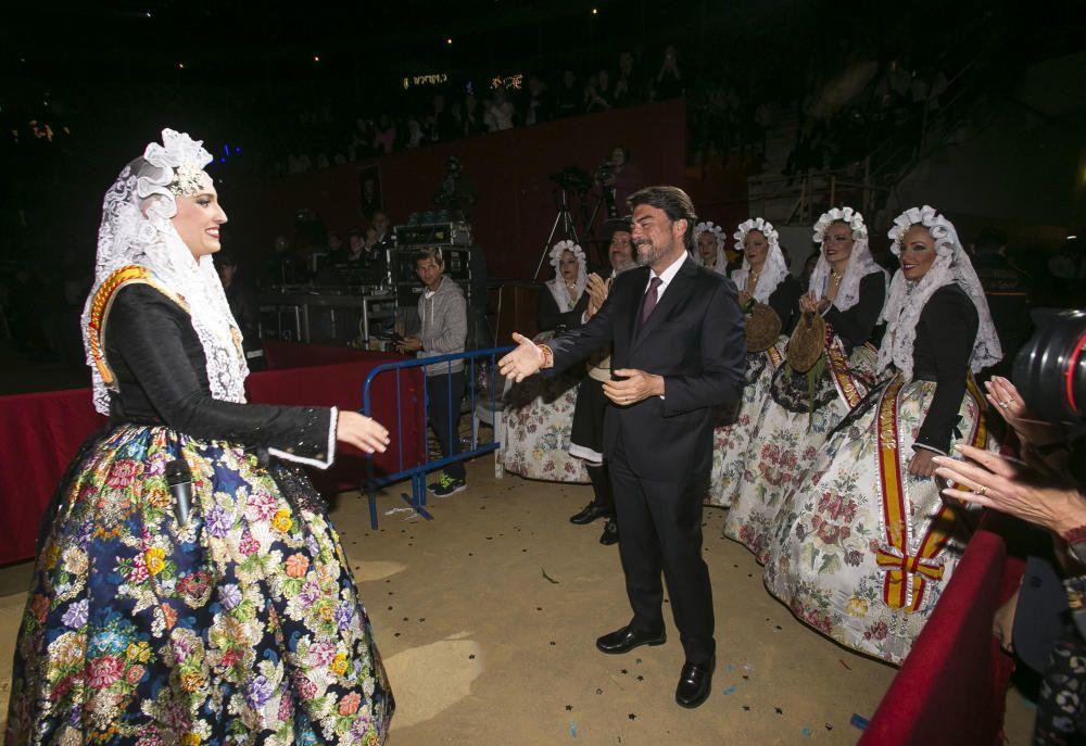 La gala «Sons de juny», que culminó con la elección de Isabel Bartual y de sus damas, fue presenciada por las nueva corte infantil encabezada por Noelia Vinal desde el palco.