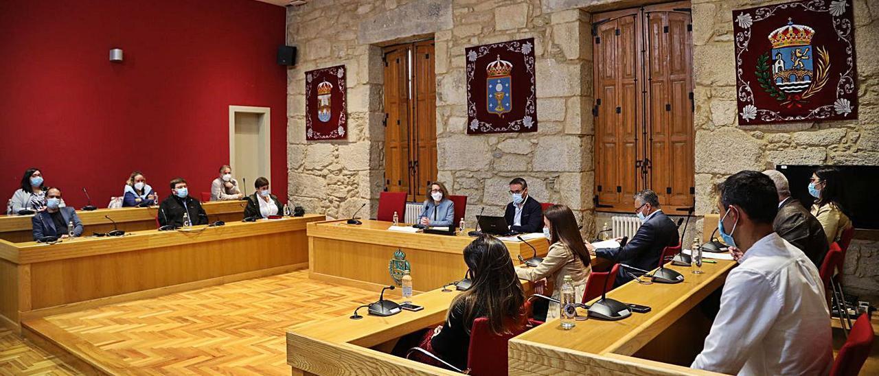 Pleno de la Corporación de Ponteareas presidido por Cristina Fernández Davila. |   // ANXO GUTIÉRREZ