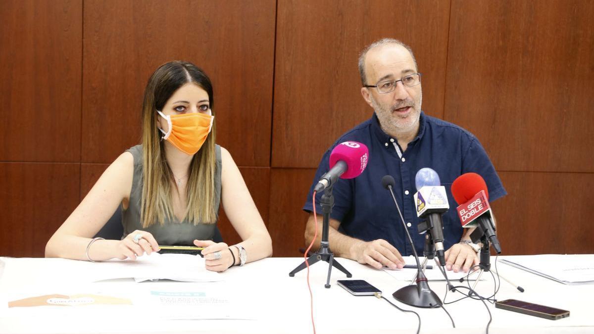 La concejala Marina Mir y el alcalde, Diego Gómez, esta mañana.