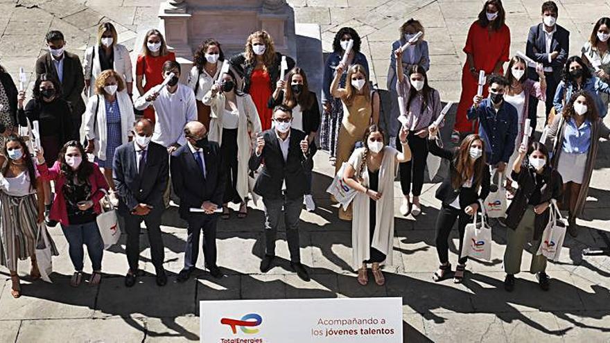 Entrega de reconocimientos a los 23 estudiantes que participaron en el programa de becas de TotalEnergies