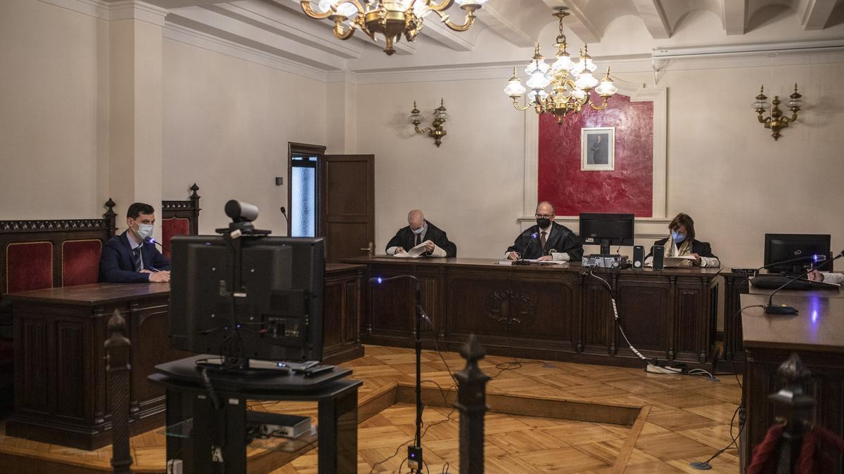 Los magistrados de la Audiencia escuchan al acusado, que intervino por videoconferencia .