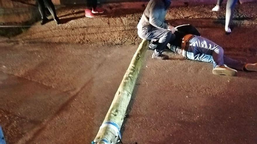 Un poste, sobre el que habían advertido los vecinos, cae y manda a un moañés al hospital