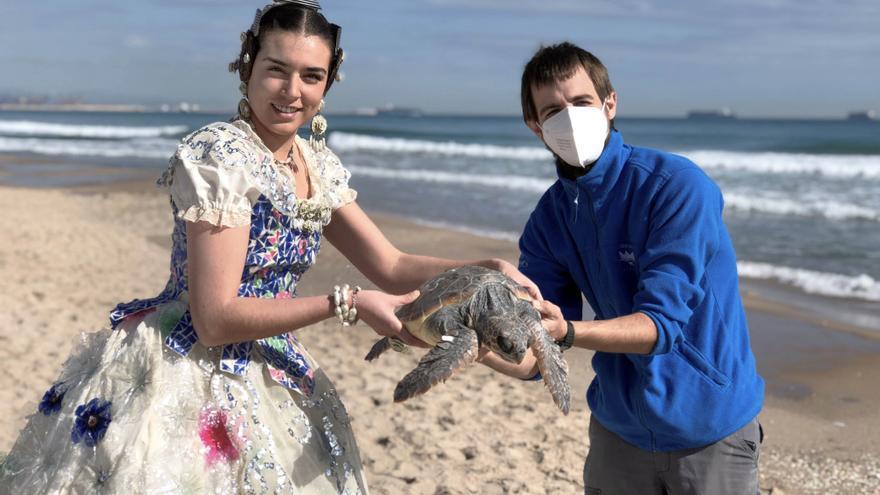"""L' Oceanogràfic une sostenibilidad y fiesta con suelta de tortugas con el """"ecotraje"""" de fallera"""