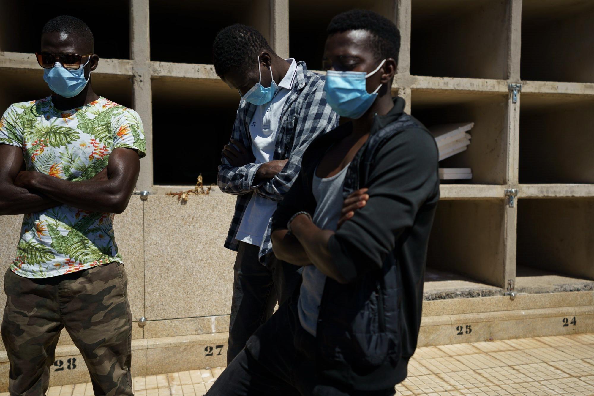 La comunidad maliense rinde homenaje a los fallecidos del cayuco localizado en El Hierro