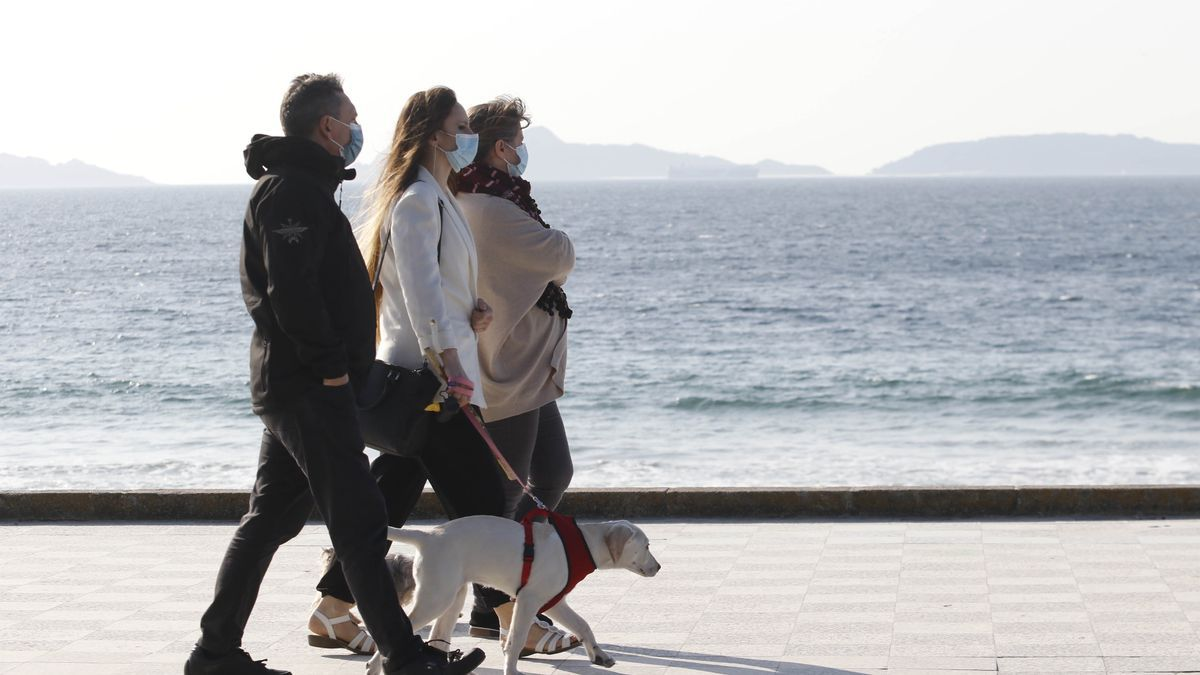 Tres personas pasen por Samil