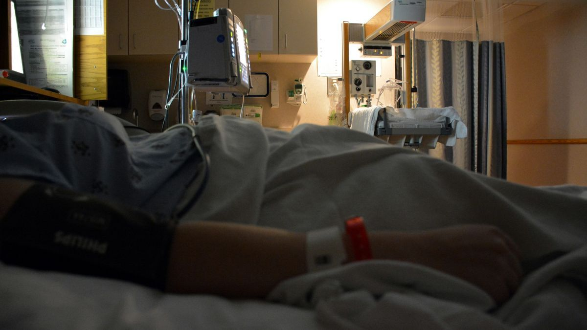 Un pacient ingressat a l'habitació d'un hospital