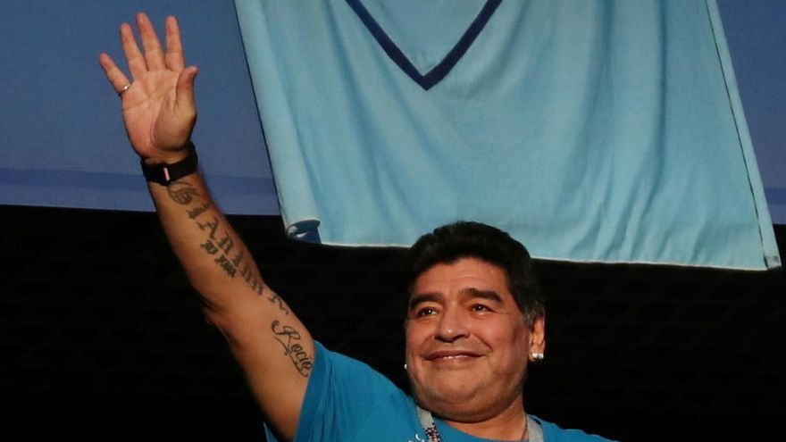 'Dios da la mano a Maradona', por M. Vallés