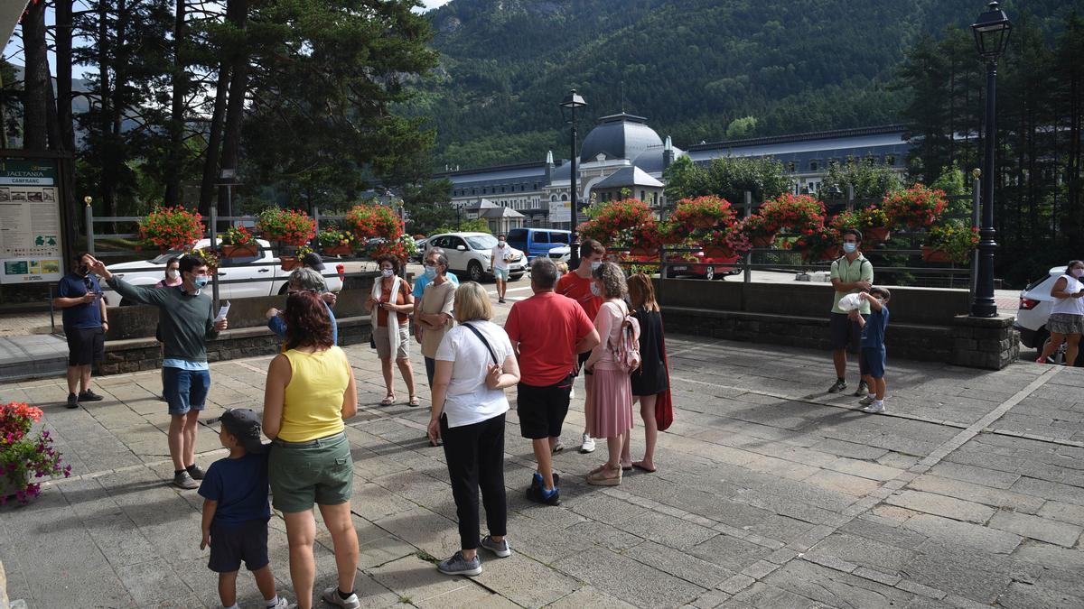 Turistas en la estación de Canfranc.