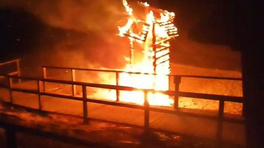 Incendian la caseta de los socorristas de una playa de Ibiza