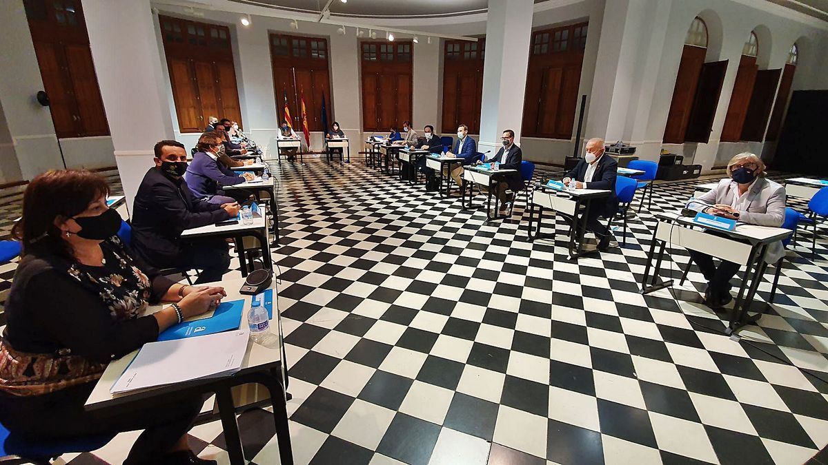 The president of the Alicante County Council, Carlos Mazón, and the deputies of PP and Citizens preparing the budget.     INFORMATION