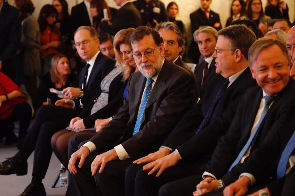 Mariano Rajoy y Ximo Puig, entre otras autoridades, tras la llegada del viaje inaugural del nuevo AVE Madrid-Castelló.