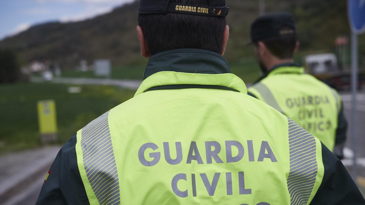 Imagen de archivo de dos agentes de la Guardia Civil de Tráfico