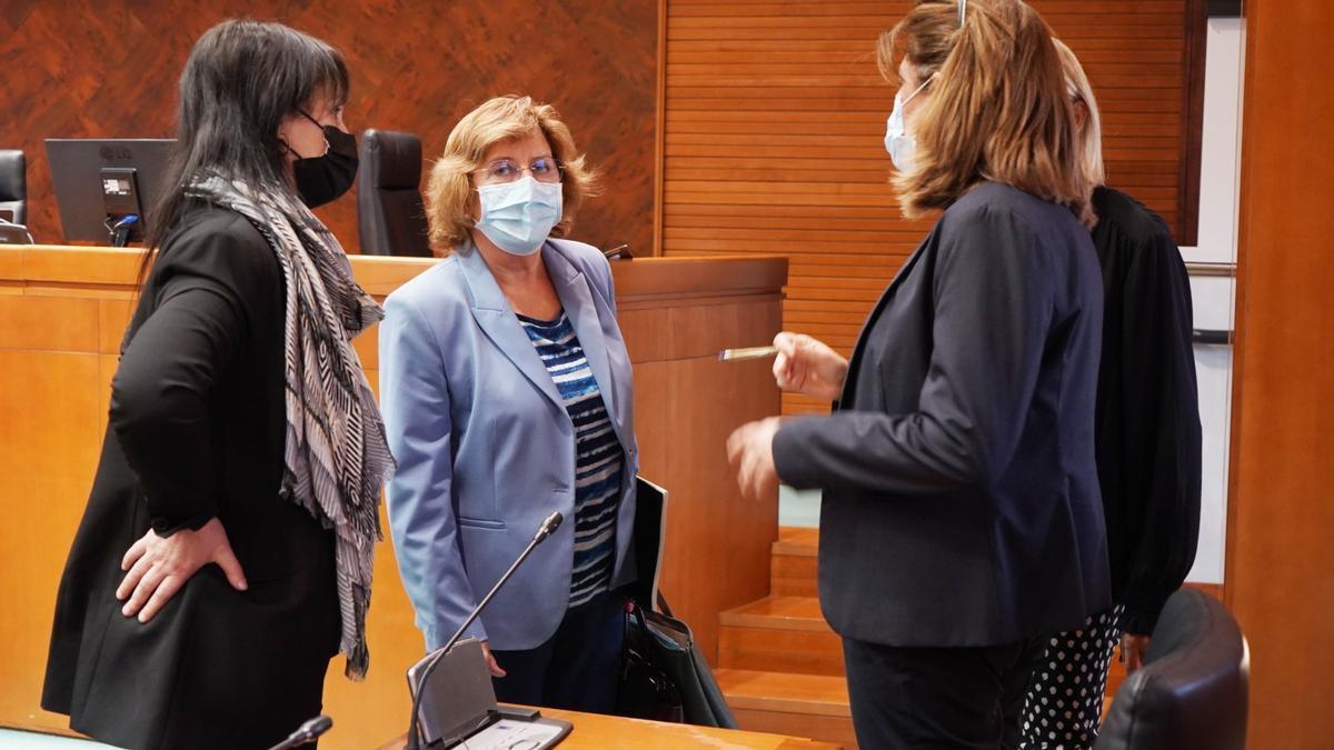 La consejera Broto charla con varias diputadas, este miércoles, antes de la comisión.