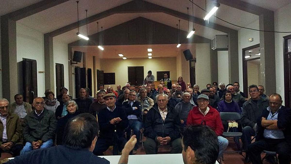 Reunión de vecinos de Almaraz en 2016 para evaluar las deficiencias en las obras de concentración.   L.O.Z.