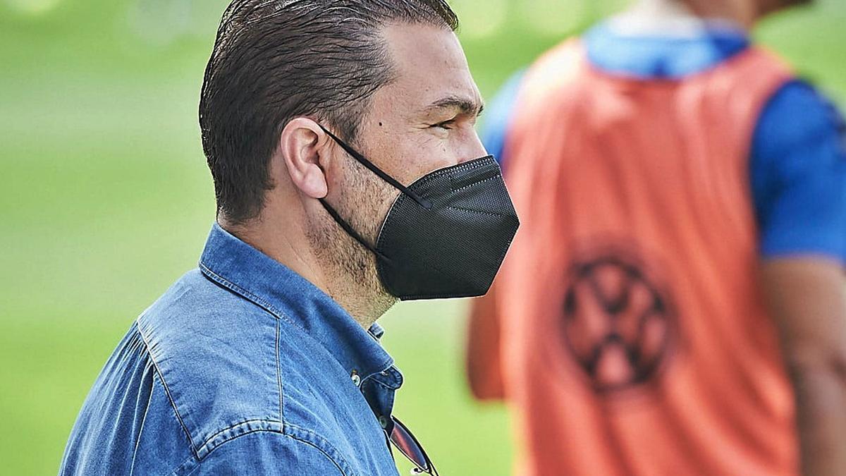 Juan Carlos Cordero, atento a un entrenamiento de la presente temporada en el Heliodoro.